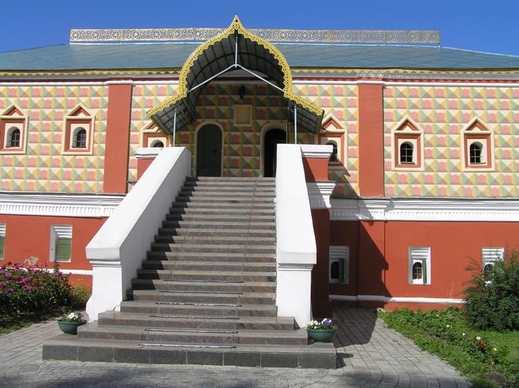 Лестница ведет в царские покои семейства Романовых в ипатьевском монастыре
