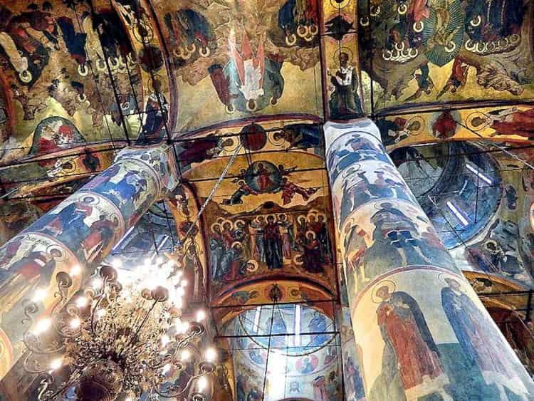 Роспись стен и фрески успенского собора московского кремля, являются не только прекрасным украшением храма, но и старинными неповторимыми произведениями искусства