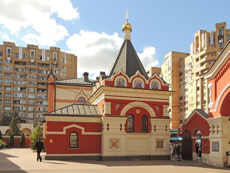 Покровский монастырь в Москве и его достопримечательность - часовня Петра и Февронии
