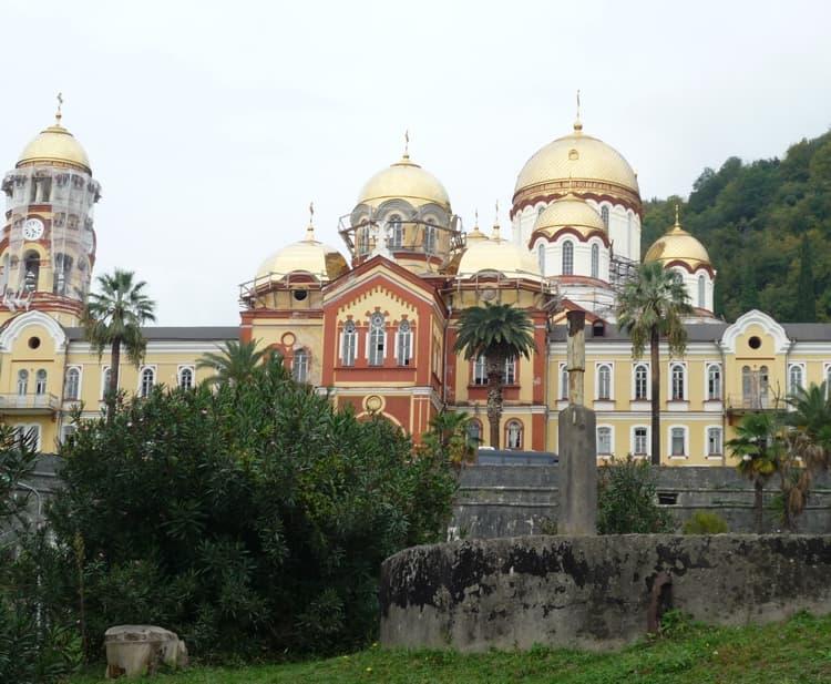 В Новоафонском монастыре привлекают внимание не только древние сооружения, но и экзотическая природа
