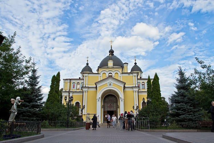 Храмы в Покровском монастыре в Москве отличаются строгостью