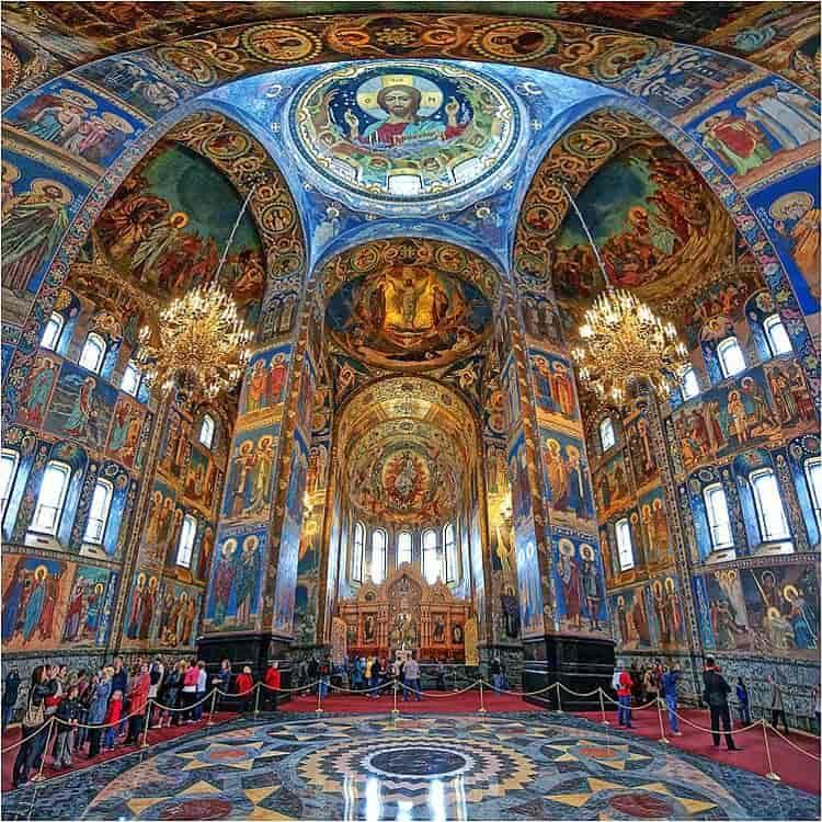 Храм Василия Блаженного изнутри выглядит очень богато