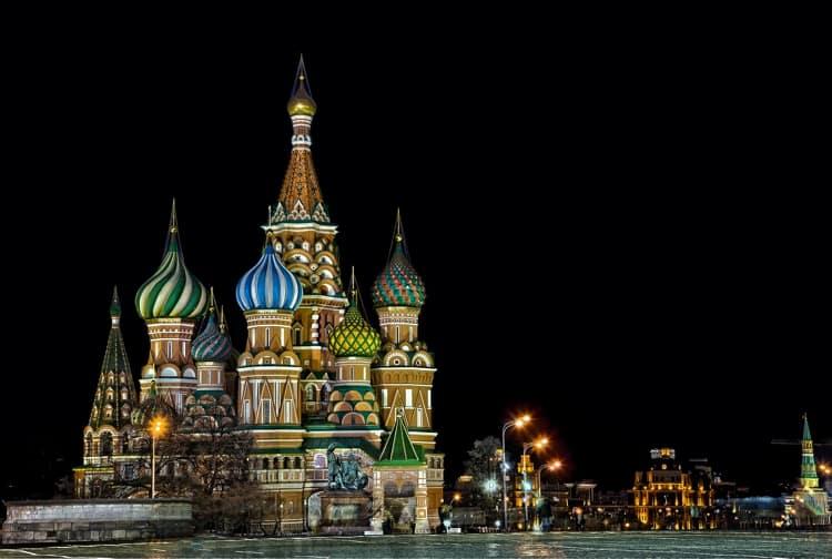 Храм Василия Блаженного ночью выглядит еще более красиво