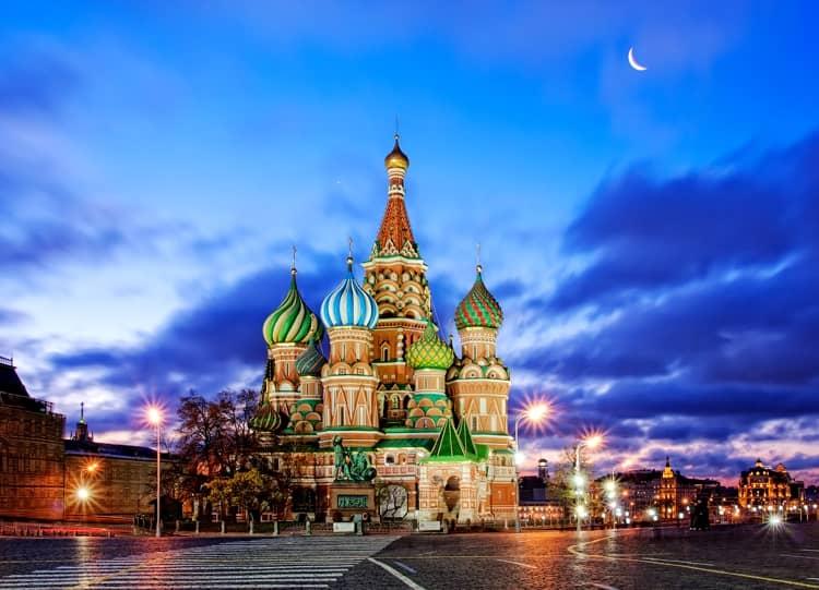 Храм Василия Блаженного вечером выглядит великолепно