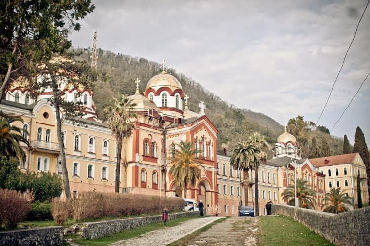 Храмы в Новоафонском монастыре удивляют туристов