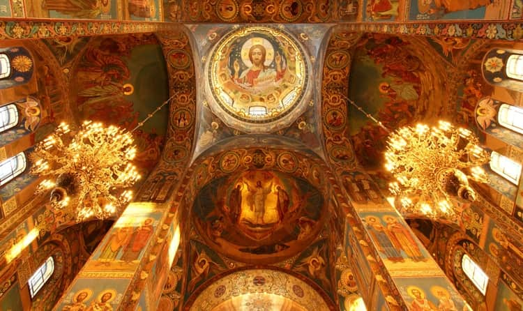 Храм Василия Блаженного, где много икон, росписи и фресок