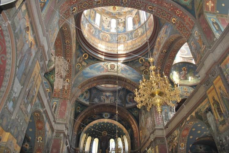 Изнутри храмы поражают великолепной росписью куполов в Новоафонском монастыре