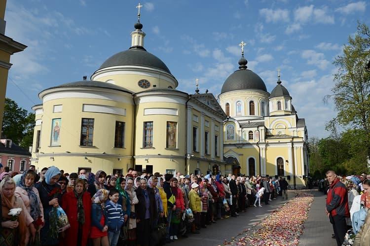 Верующие просят помощи у Матроны московской около Покровского монастыря
