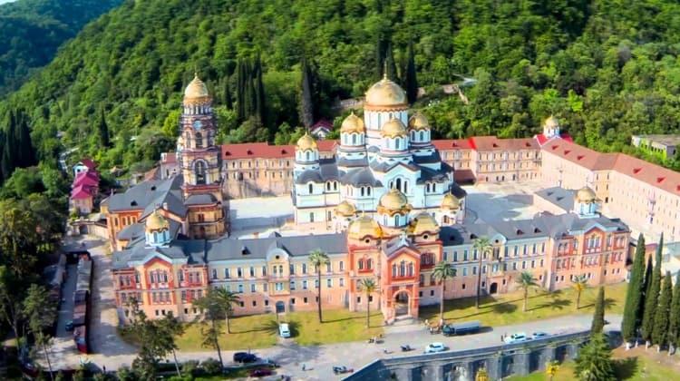 Новоафонский монастырь известен своим неовизантийским стилем