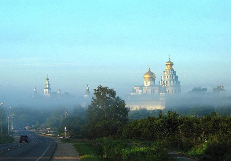Новоиерусалимский монастырь, выглядывающий из утренней туманной дымки