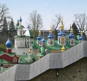 Псково Печерский монастырь - один из самых крупных и известных в России мужских монастырей