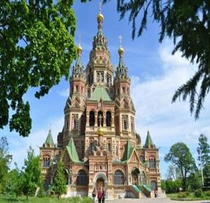 Один из самых претенциозных и вычурных храмов не только в Петергофе, но и, пожалуй, во всей области — это красивейший Петропавловский собор