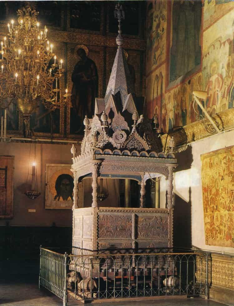 Особую ценность представляет также ицарское моленное место в Успенском соборе Московского кремля