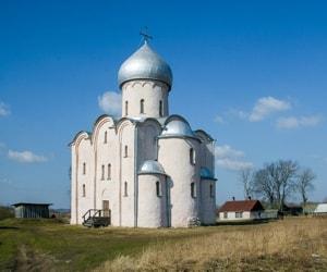 Церковь Спаса на Нередице имеет весьма простую и лаконичную архитектурную композицию