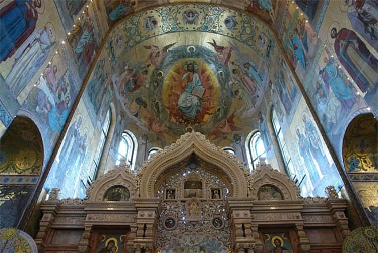 Храм Василия Блаженного очень очаровывает своей купольной росписью