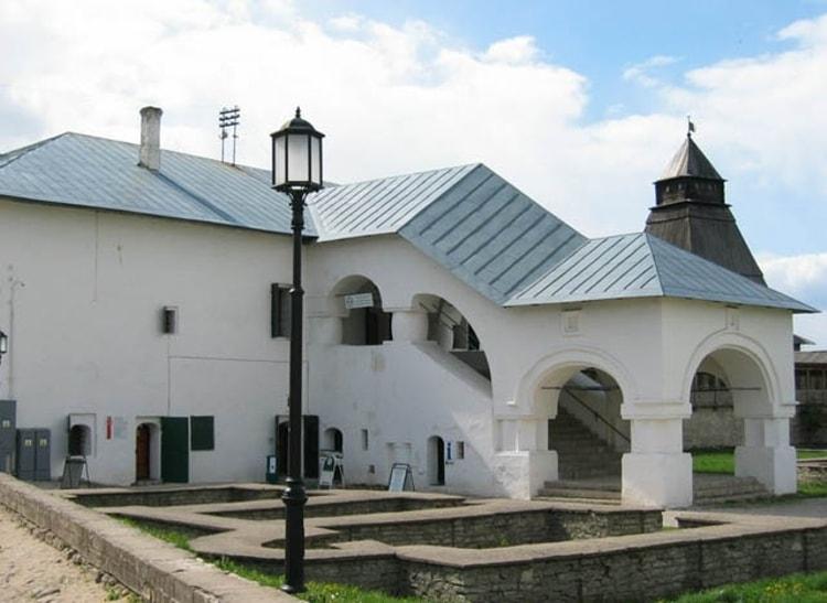Псков и его достопримечательности, одной с которых является - Приказные палаты