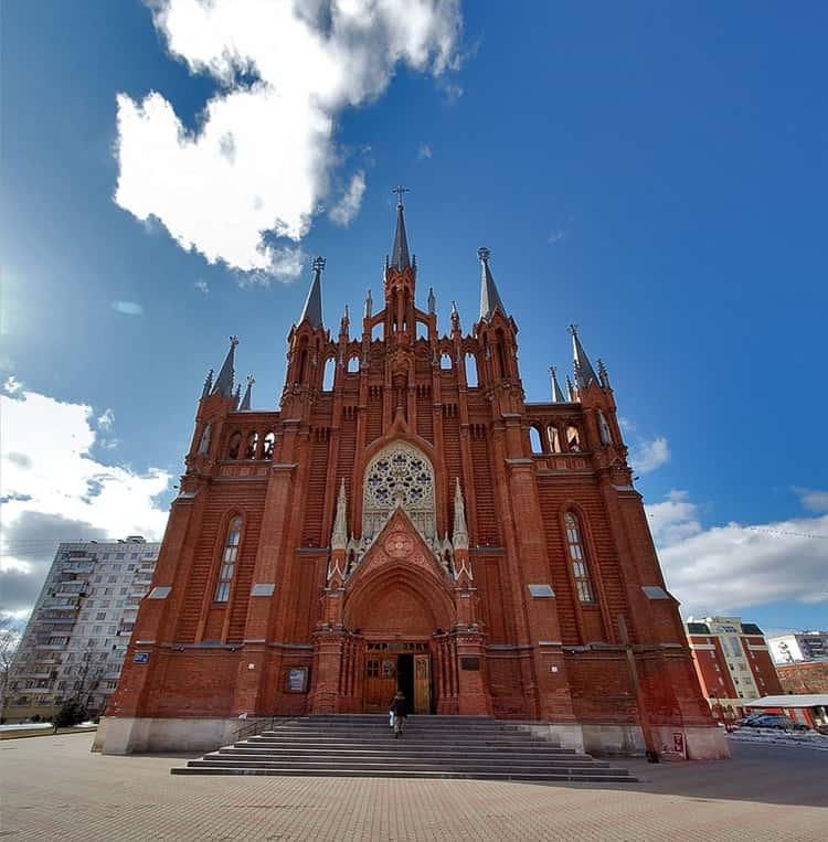 Собор Непорочного Зачатия Пресвятой Девы Марии в городе Москва и его центральный фасад