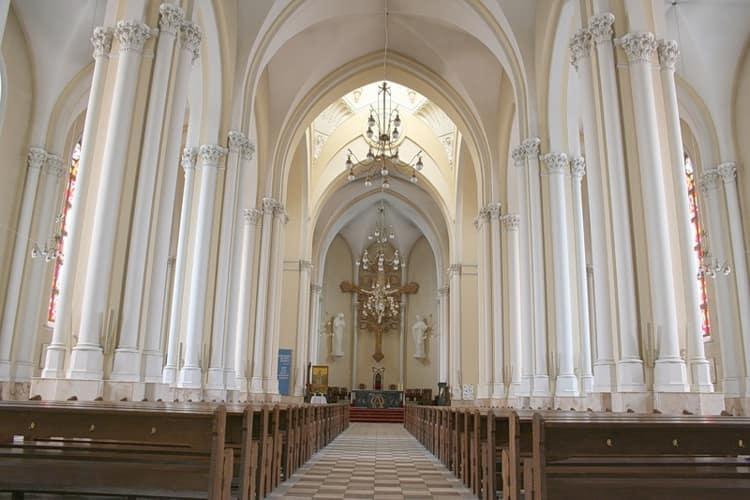 Собор Непорочного Зачатия Пресвятой Девы Марии в городе Москва внутри выглядит божественно