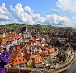 На юге Чехии, там, где Влтава делает петлю, по обеим сторонам реки раскинулся город Чески-Крумлов достопримечательности которого так и манят туристов