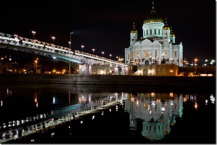 Храм Христа Спасителя ночью выглядит красиво