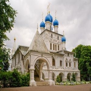 Храм Казанской иконы Божией Матери — пятиглавая церковь с множеством достопримечательностей и святынь
