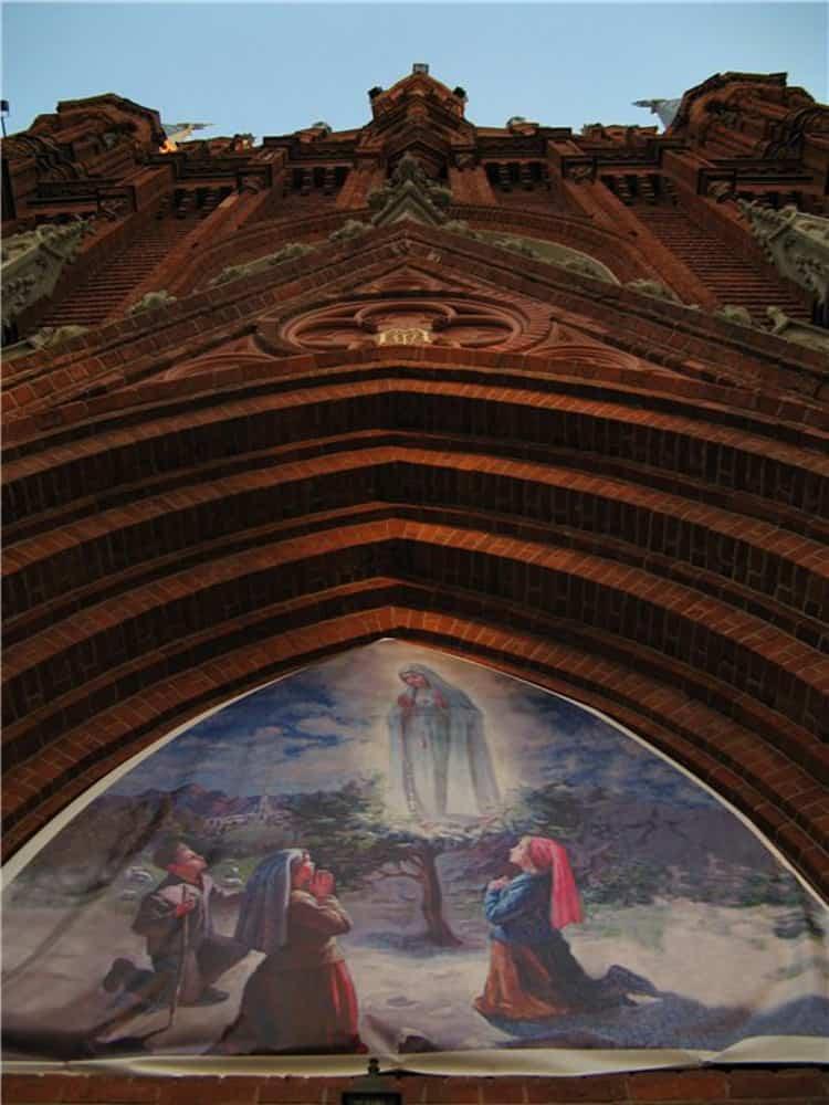 Икона на стене Собора Непорочного Зачатия Пресвятой Девы Марии в Москве