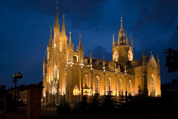 Собор Непорочного Зачатия Пресвятой Девы Марии в городе Москва в ночное время