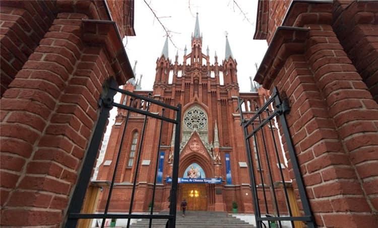 Собор Непорочного Зачатия Пресвятой Девы Марии в городе Москва встречает посетителей вот такими вратами